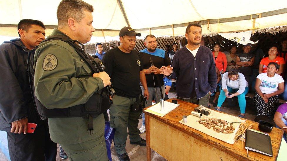 Un general del ejército venezolano durante un encuentro con indígenas pemones en Santa Elena de Uairén.