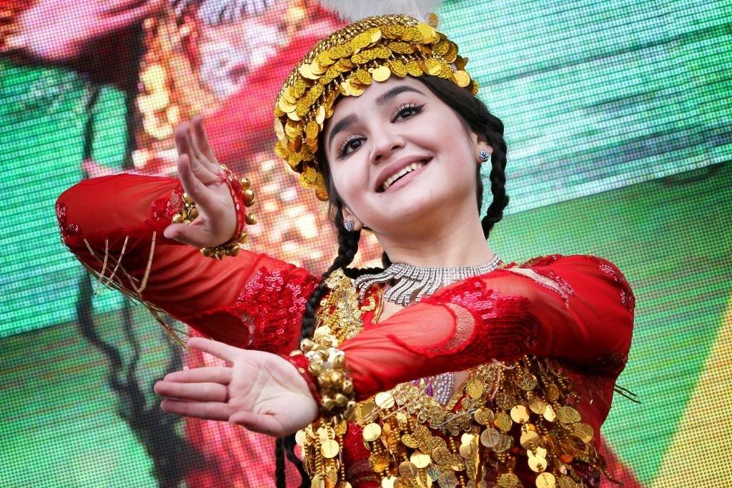 معظم المحتفلين بنوروز حول العالم، يرتدون الملابس التقليدية المزركشة والملونة في يوم نوروز