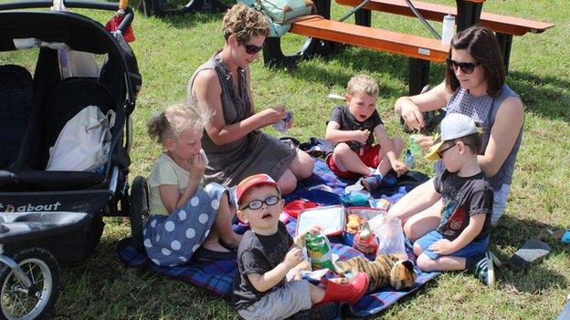 Y Jonesiaid o Borthaethwy a Llanddona'n mwynhau picnic yn yr haul // Keeping up with the Porthaethwy and Llanddona Joneses as they picnic in the sun