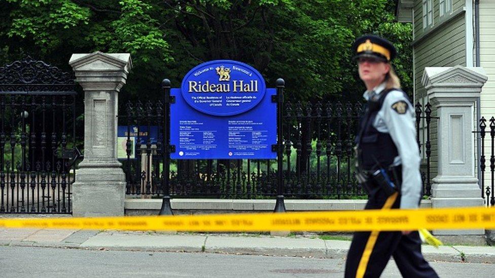 Un oficial de policía canadiense camina por Rideau Hall cerca de los terrenos de la finca de Ottawa.
