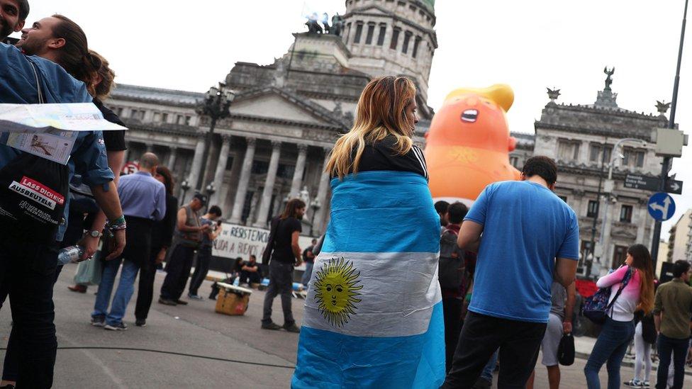 """بالون """"الطفل ترامب"""" يظهر في الأرجنتين قبل قمة مجموعة العشرين"""