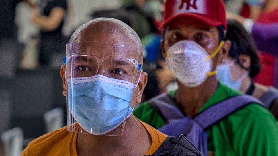 Filipinlerde on milyonlarca kişi evlerine kapandı.