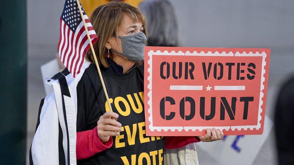 """Una mujer sujeta un cartel que dice """"nuestro voto cuenta"""", en Pensilvania el 4 de noviembre."""