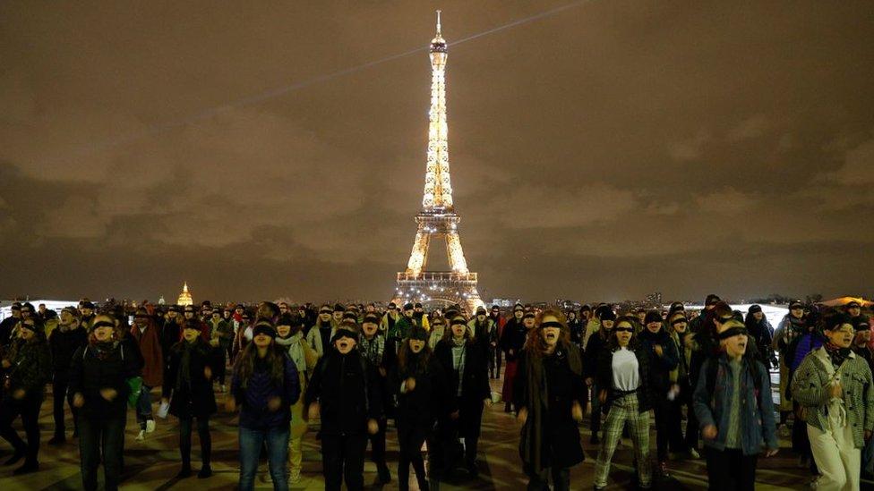 """Mujeres protestando con la coreografía """"El violador eres tú"""" en París, Francia."""
