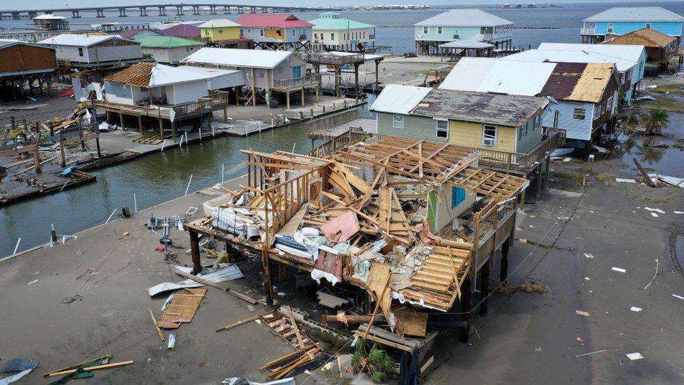 آثار الدمار الناجمة عن الإعصار