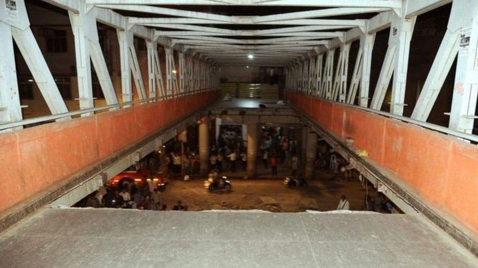 मुंबई: छत्रपति शिवाजी स्टेशन के पास पुल गिरा, सेफ़्टी ऑडिट पर उठे सवाल