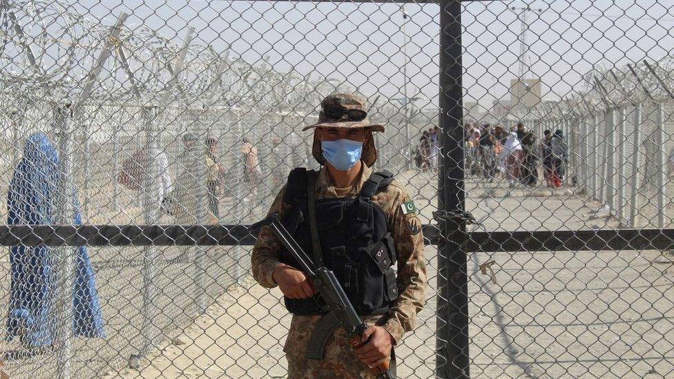 Guardia pakistaní en la frontera con Afganistán