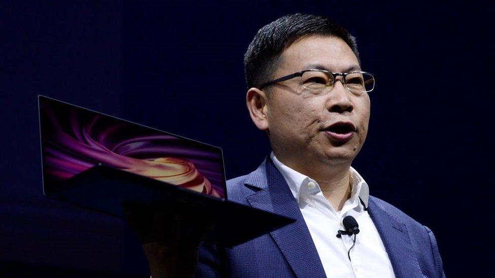 Un hombre promociona la computadora MateBook X Pro de Huawei