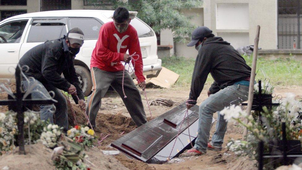 Coveiros cavando