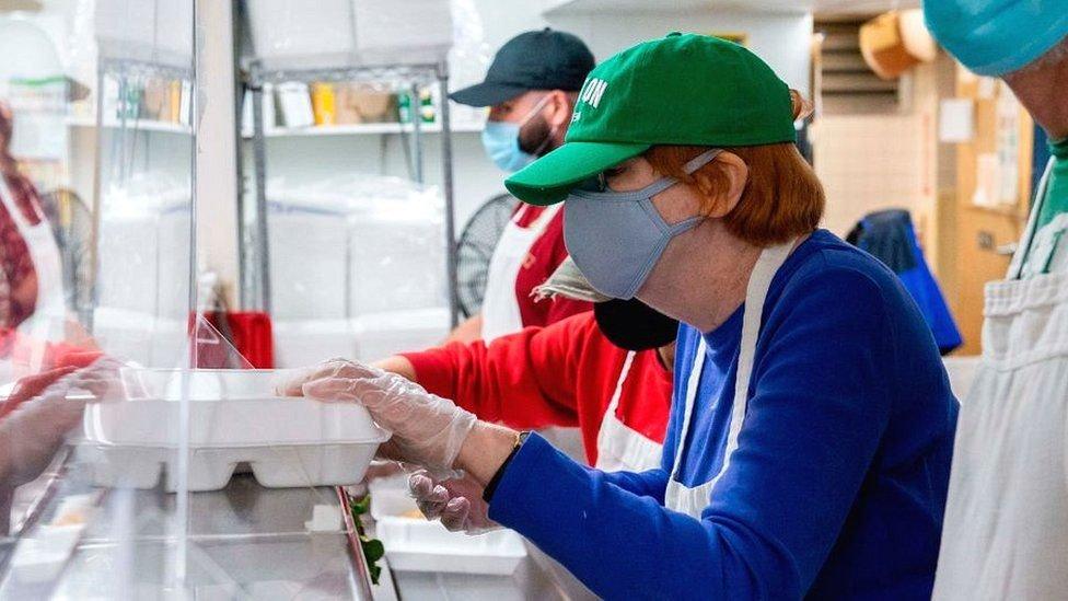 توزيع الطعام على الفقراء في بوسطن