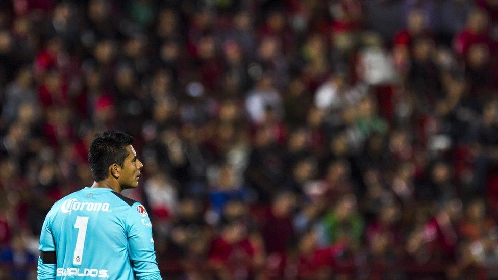 Aficionados del club Atlas usaron el grito contra el portero Oswaldo Sánchez, cuando éste firmó con el archirrival, las Chivas de Guadalajara.