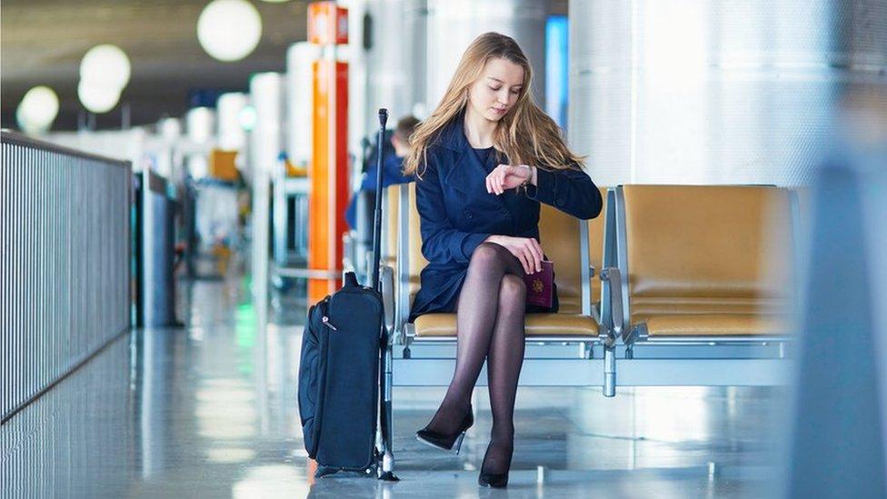 Mujer esperando en un aeropuerto