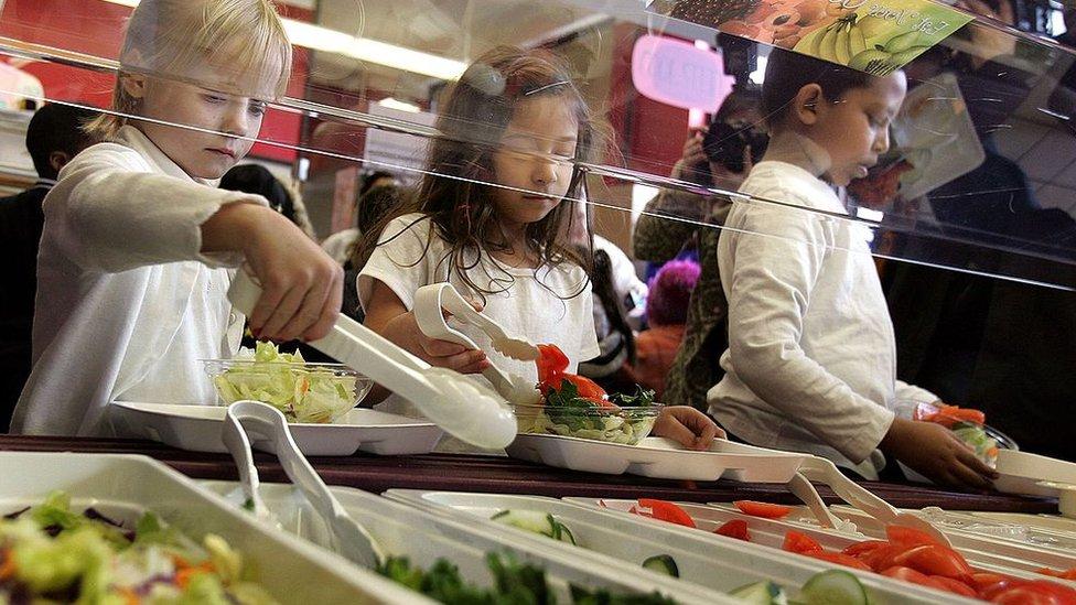 Niños almuerzan.