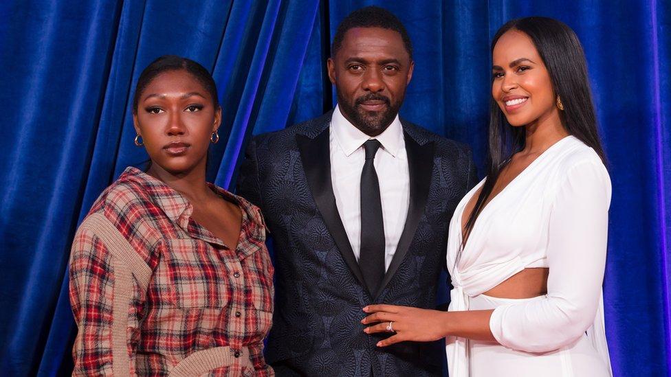 الممثل إدريس البا مع زوجته وابنته في حفل افتتاح مهرجان لندن السينمائي