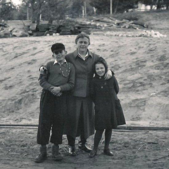 La guardia Johanna Langefeld con su hijo y la hija de otro guardia