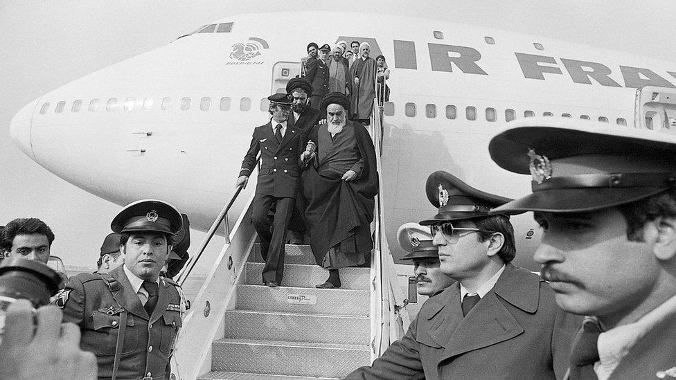 عاد الخميني بعد 15 عاما في المنفى ليقود الثورة التي انتهت بتأسيس الجمهورية الإسلامية