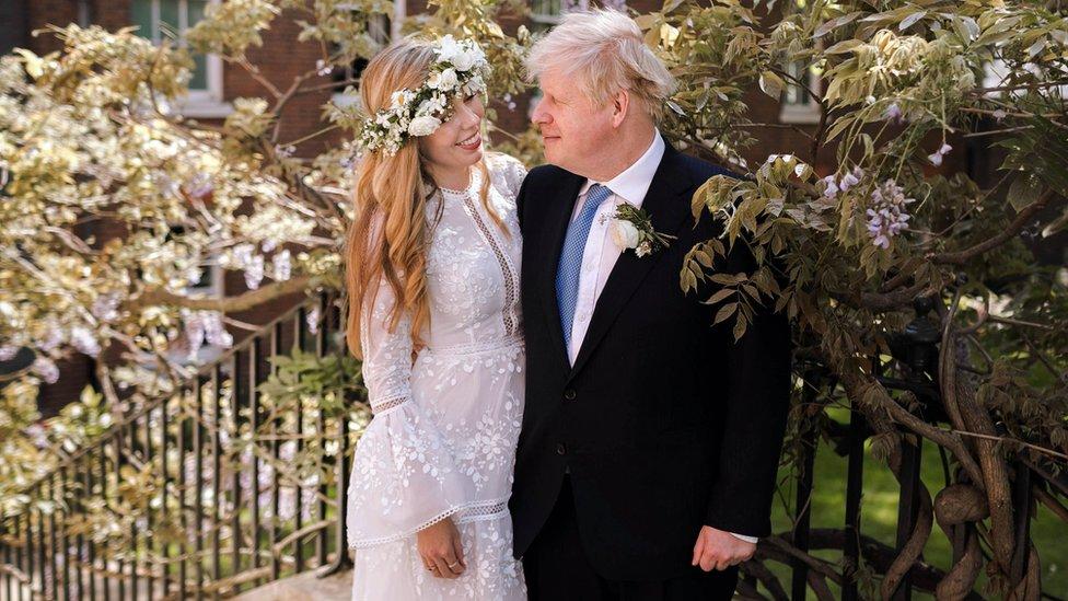 Boris Johnson y Carrie Symonds en el jardín del número 10 de Downing Street después de su boda.