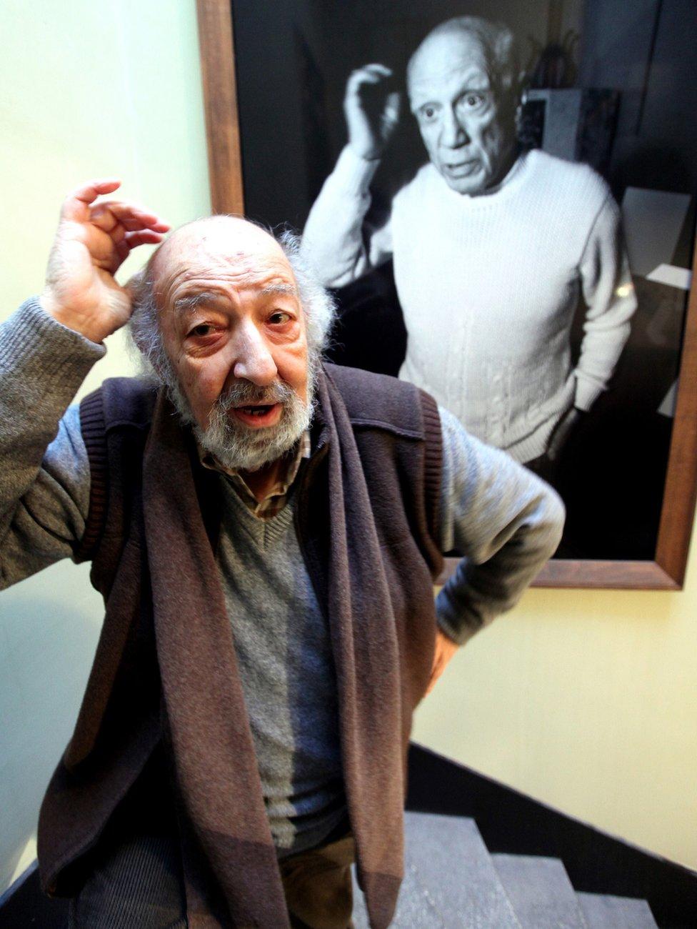 آرا غولر يحاول تقليد ايماءات الرسام الاسباني بابلو بيكاسو في احدى الصور التي التقطها له. 2012