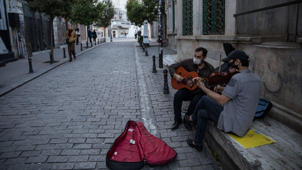 İstanbul'da maske takmış sokak müzisyenleri.
