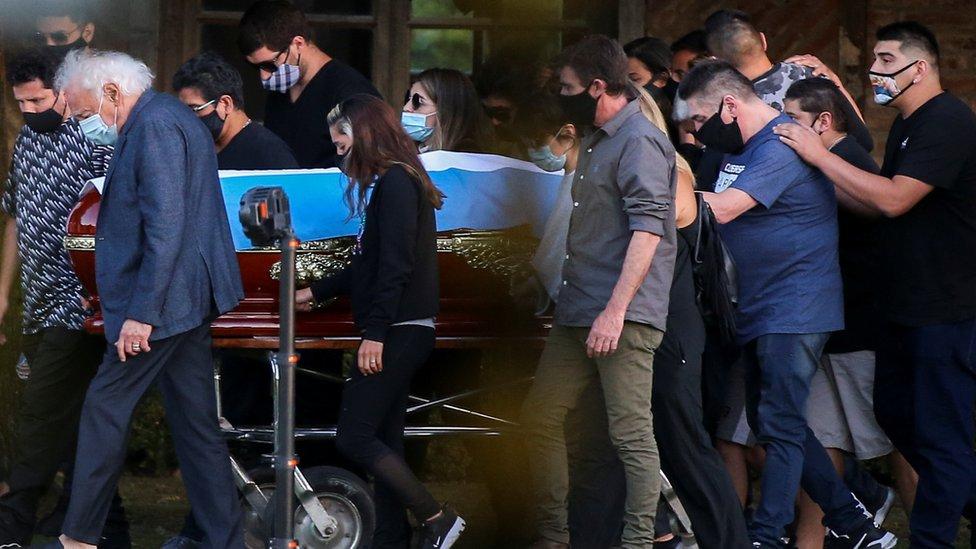 Familiares y amigos transportan el ataúd con los restos de Maradona