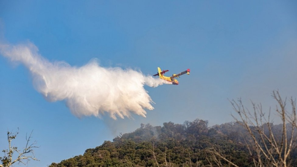 Letelica prosipa vodu iznad oblasti zahvaćenih plamenom u regiji Var u Francuskoj