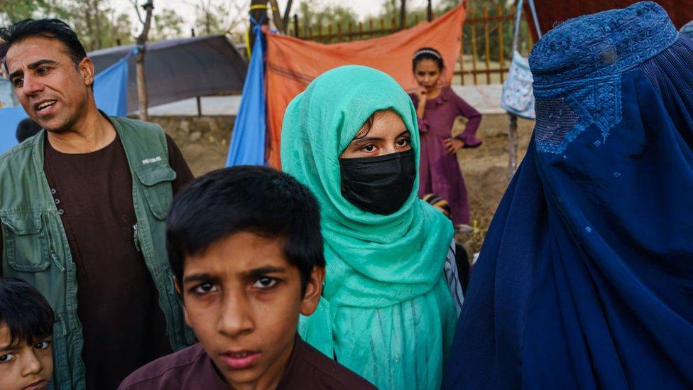 Afganos intentan buscan refugiarse fuera de las zonas de combate en las afueras de Kabul