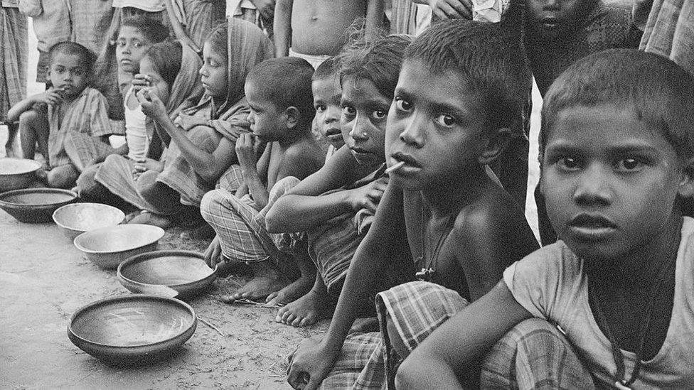 Niños esperan alimentación en el otrora Pakistán Oriental, 1970