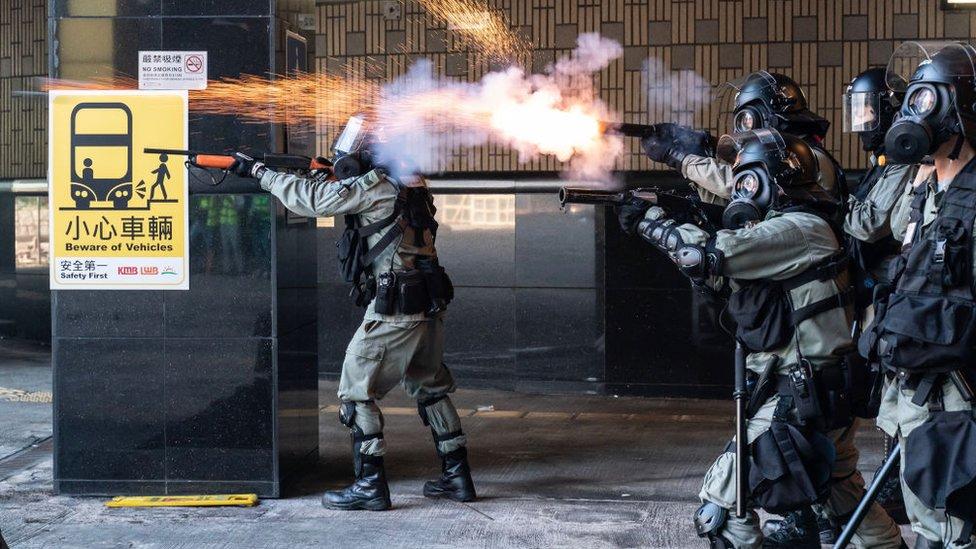 Con el uso de bombas lacrimógenas, la policía ha impedido que los manifestantes escapen de la universidad.