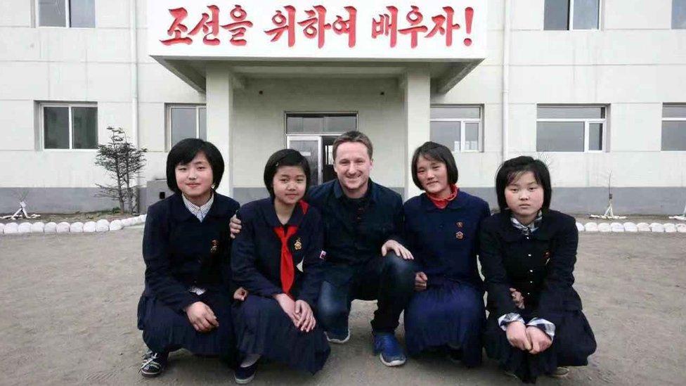 Michael Spavor, fotografiado aquí con estudiantes de una escuela de Corea del Norte, tiene vínculos cercanos con el gobierno de Pyongyang.