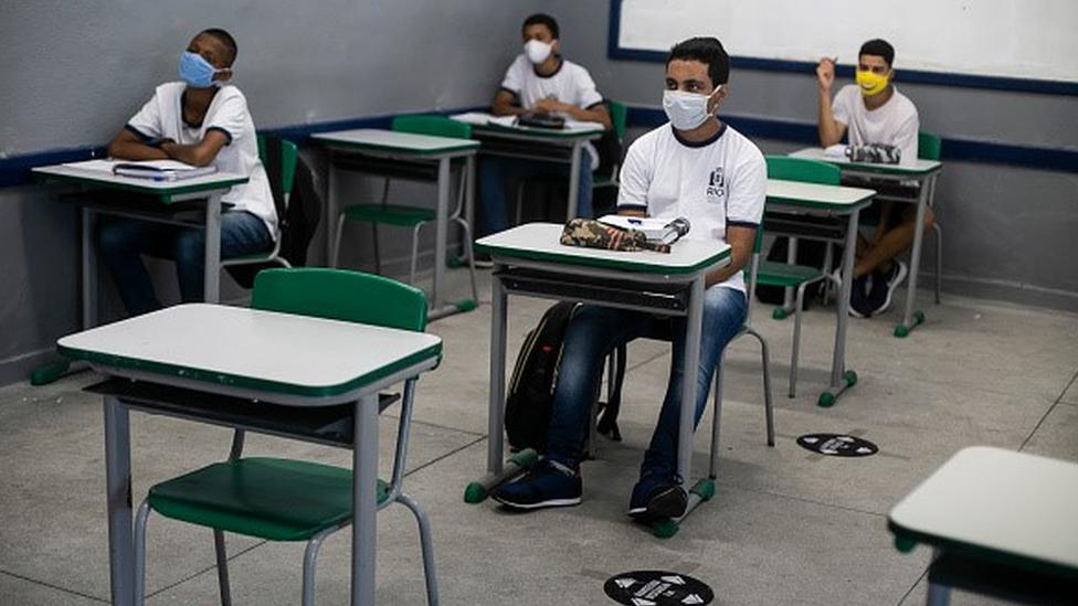 Escola no Rio de Janeiro com estudantes usando