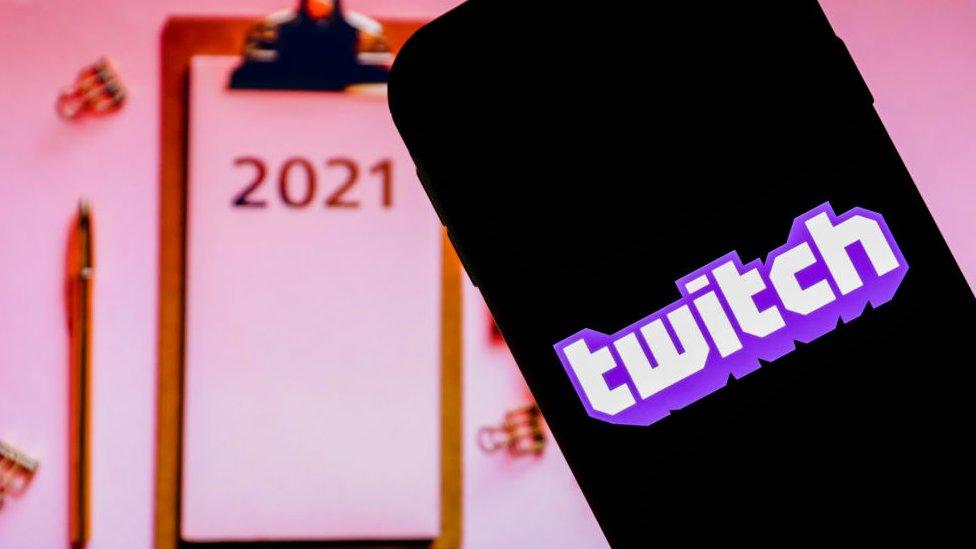 Teléfono con logo de Twitch.