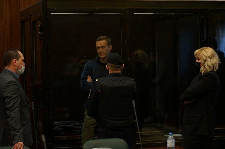 Navalny en un cubículo de cristal durante la audiencia del tribunal ruso.