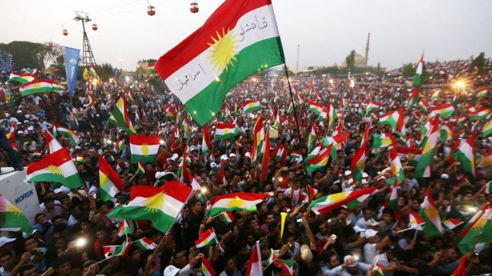 Manifestación con banderas kurdas.