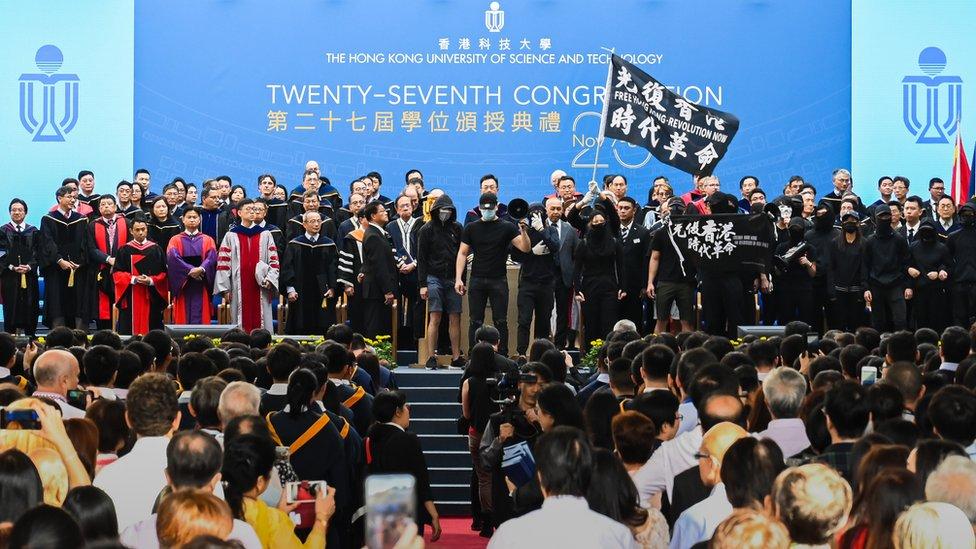 香港科技大學「反送中」示威者走上畢業典禮舞台上抗議(7/11/2019)