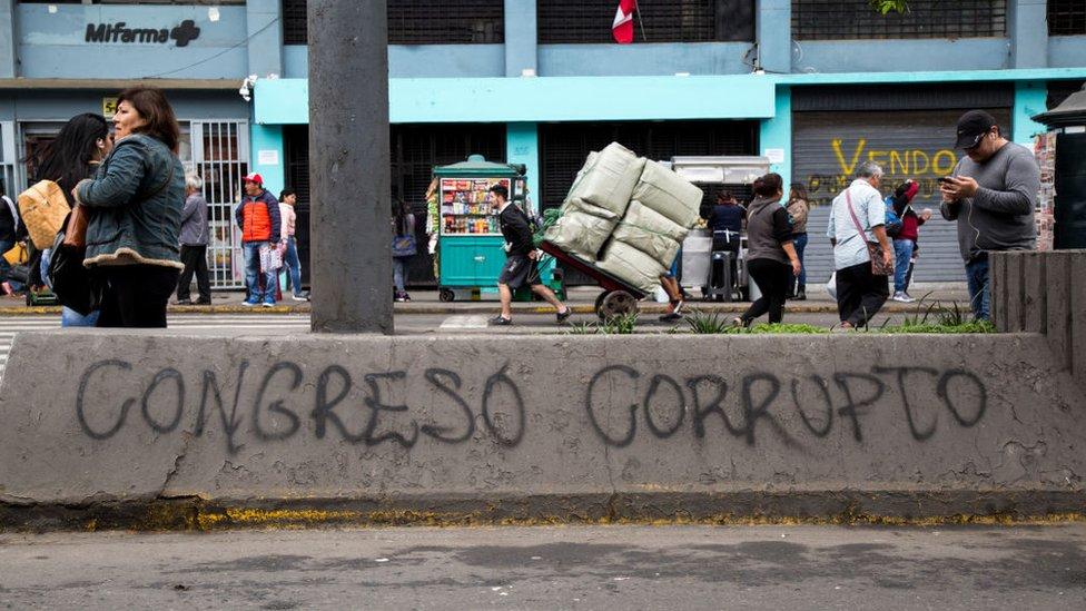 """Un muro en Lima con grafiti que lee: """"Congreso Corrupto"""""""