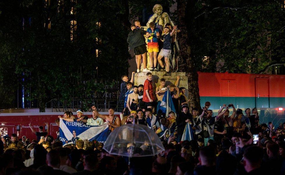 Fans on statue in London