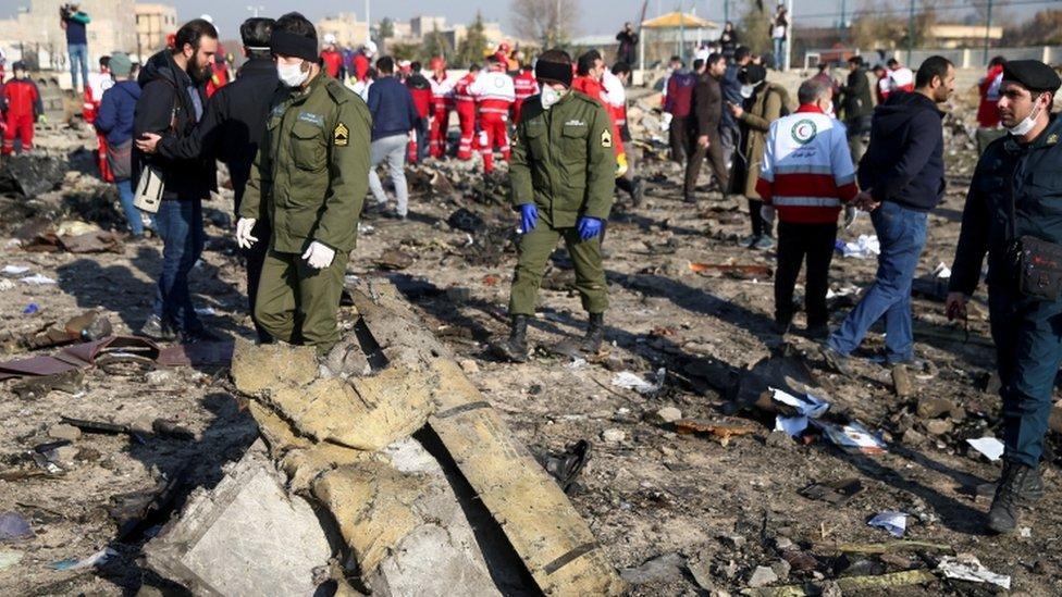 جانب من انتشال حطام الطائرة الأوكرانية