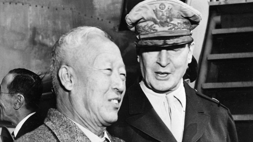 الجنرال دوغلاس ماك آرثر ورئيس كوريا الجنوبية سينغمان ري