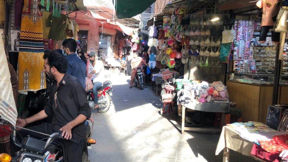تشكو النساء من ضعف جودة المنتجات في الأسواق المحلية