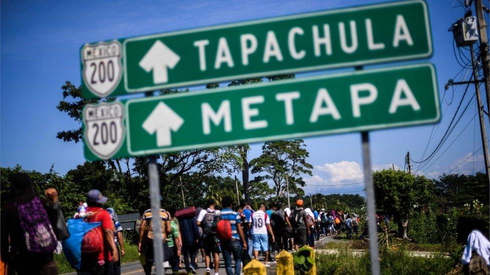 Migrantes caminan a Tapachula.