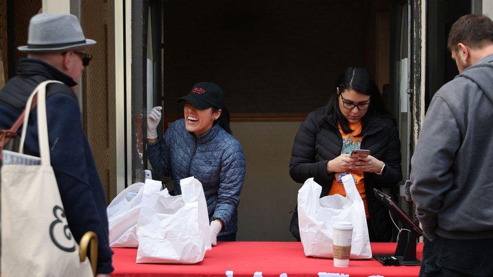 Las personas pueden conseguir porciones de comida en el restaurante de José Andrés en Washington, DC.