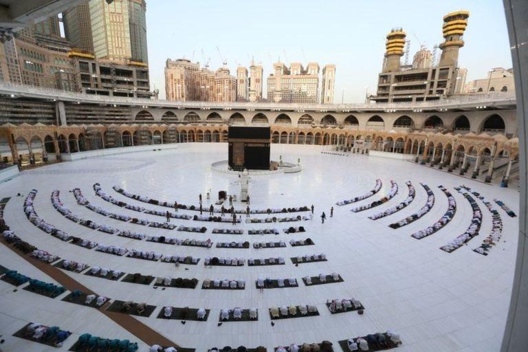 Masjidil Haram masih beroperasi, namun hanya bagi karyawan dan pekerja masjid agung tersebut yang jumlahnya mencapai ribuan.