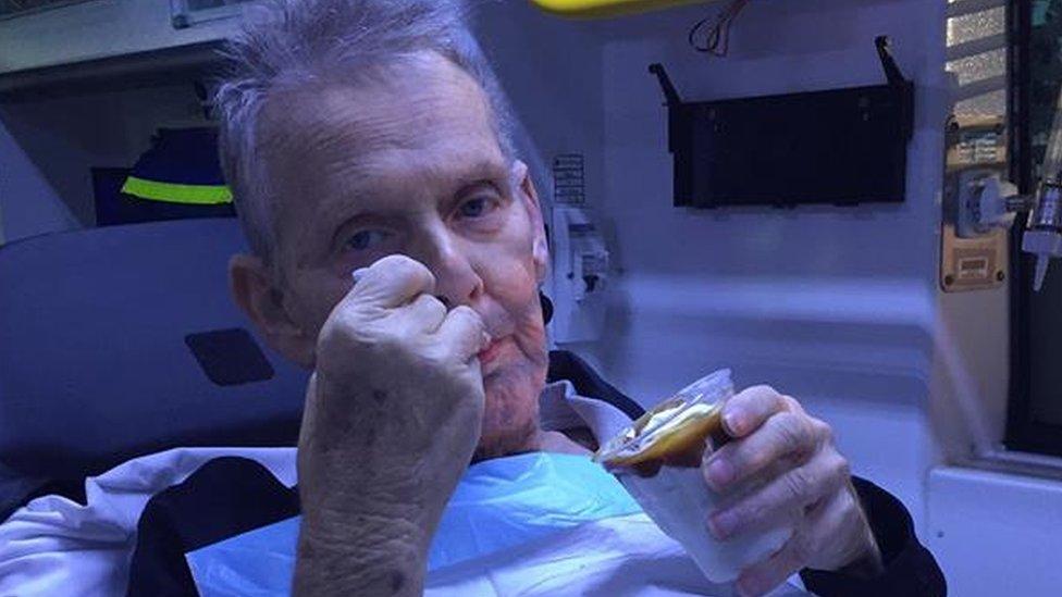 Ron Mekartni jede sladoled u bolničkim kolima
