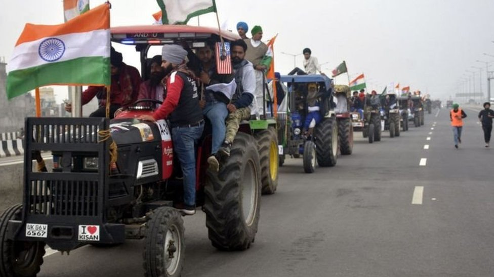 انڈین یوم جمہوریہ پر ہزاروں احتجاجی کسانوں کی ٹریکٹر پریڈ: دلی میں داخل ہونے کی کوشش کے دوران پولیس کی آنسو گیس شیلنگ