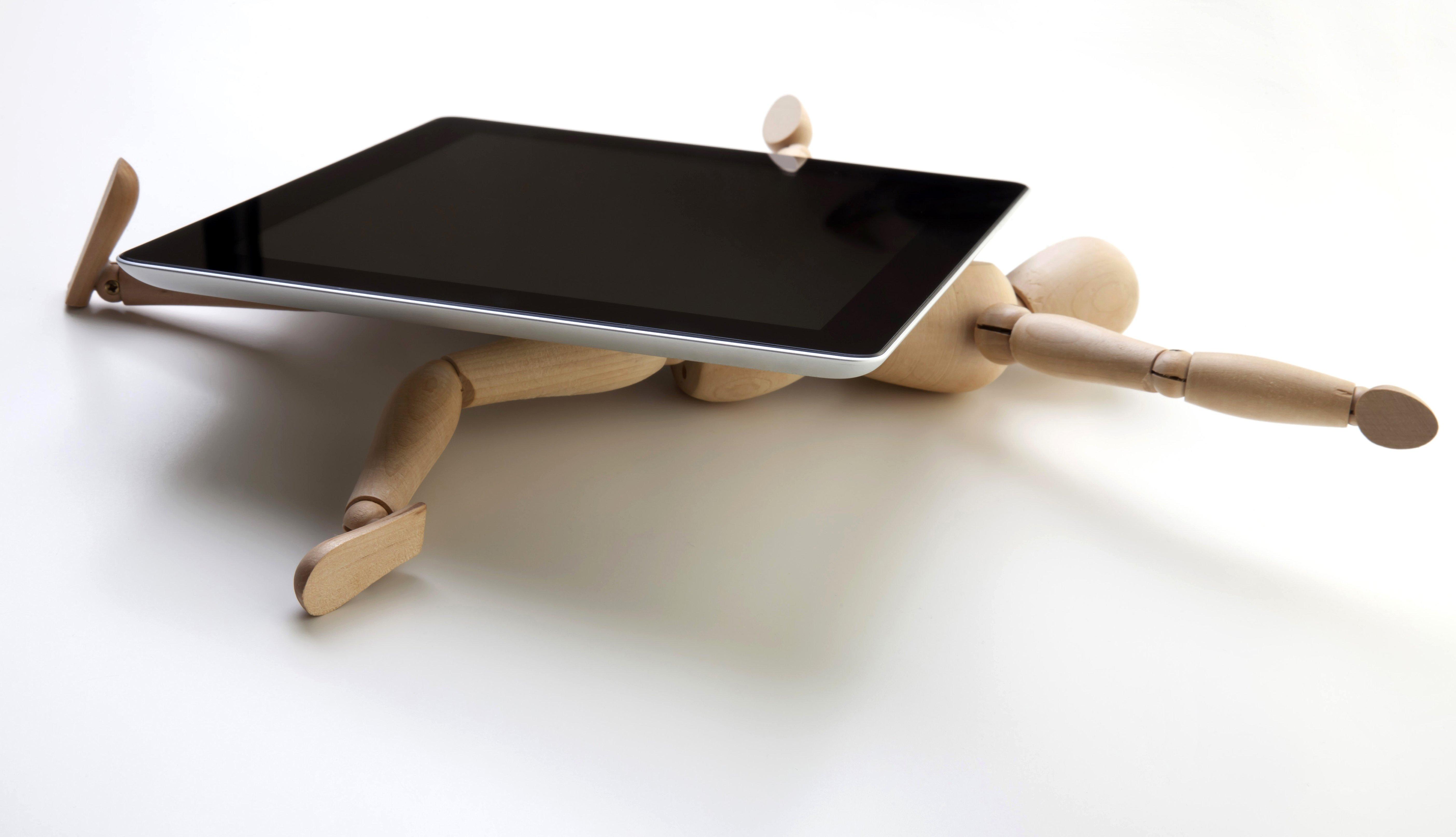Muñeco aplastado por una tableta