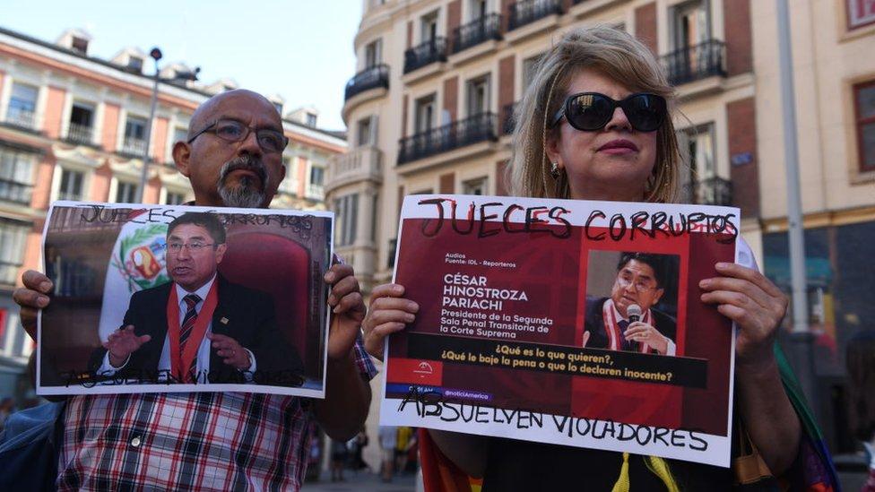 Peruanos en Madrid protestando contra la corrupción.