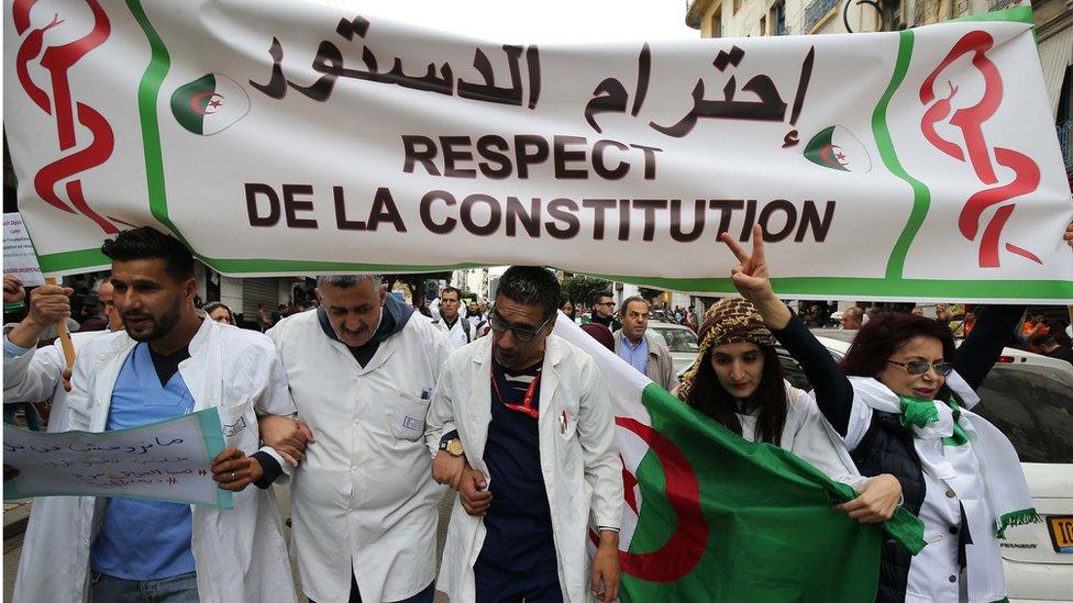 جزائريون يطالبون بإصلاح سياسي شامل