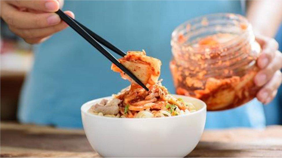 Korelilerin çok tükettiği lahana turşusu kimchi