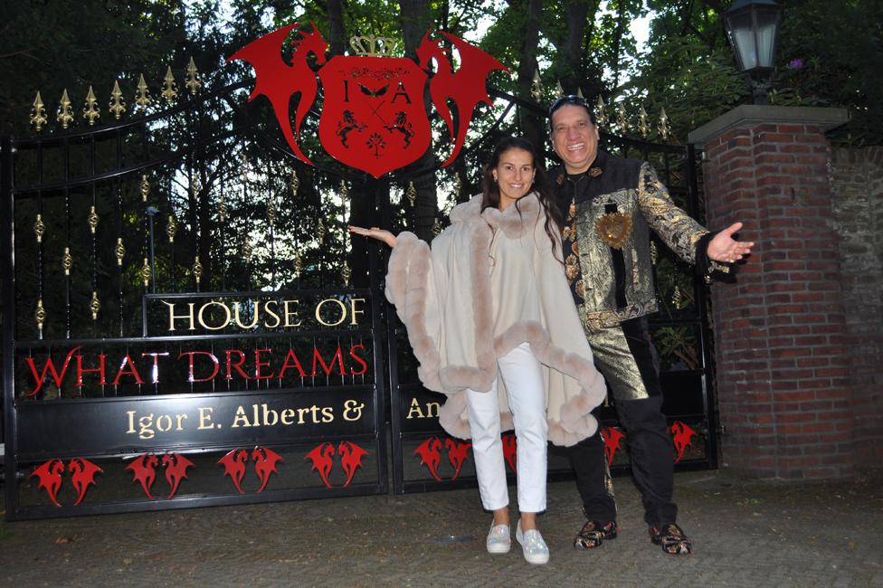 Igor Alberts i Andrea Čimbala ispred njihove kuće