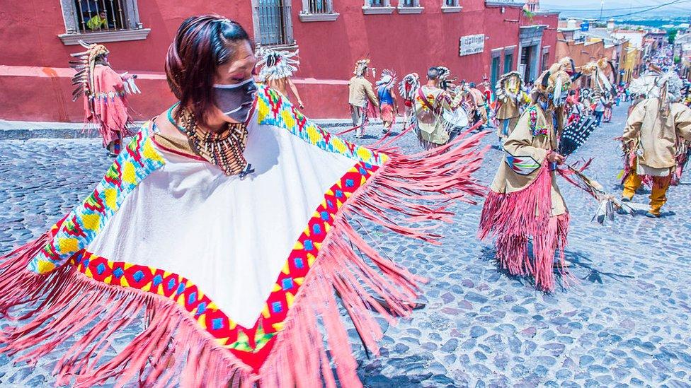 Mayas con trajes tradicionales participan en el festival del Valle del Maiz en San Miguel de Allende, México.